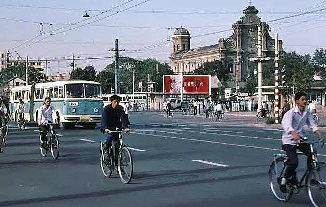 《纽约的司机驾着北京的梦》这首歌中的主人公梦中的北京