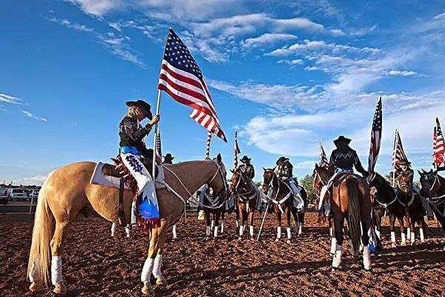 德州民众高举美国国旗庆祝独立日