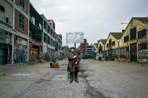 美国底特律房价暴跌后失业的工人