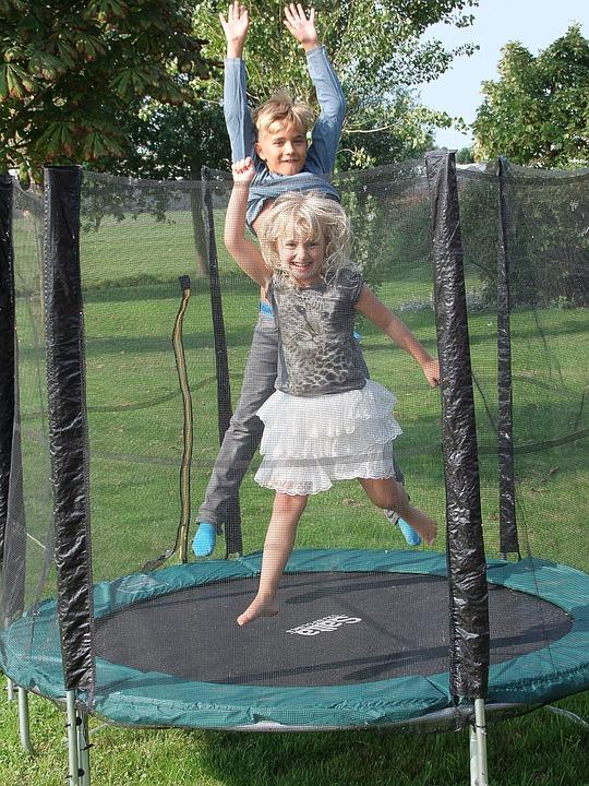 美国家庭后院给孩子玩的蹦床