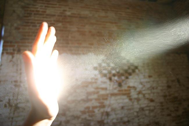体积稍大的灰尘在太阳下容易被人的肉眼所发现